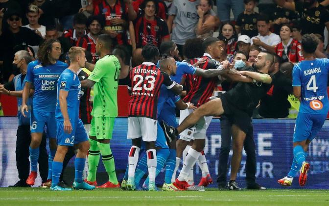 Nice'i fännid tungisid pühapäevases mängus väljakule ja ründasid Marseille' mängijaid.