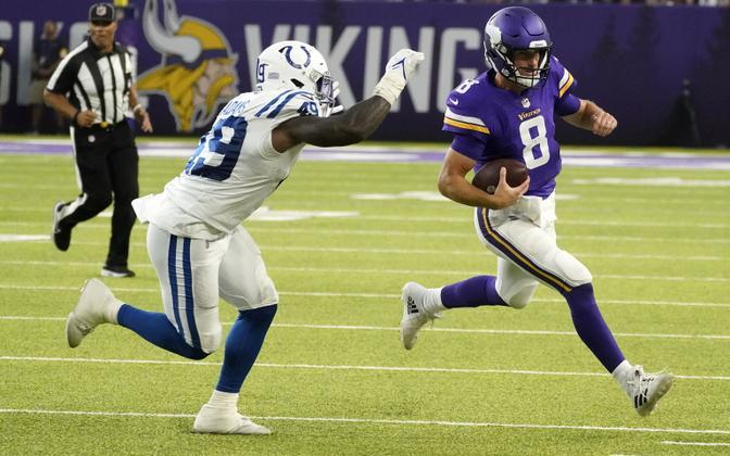 Minnesota Vikingsi mängujuht Kirk Cousins (paremal).