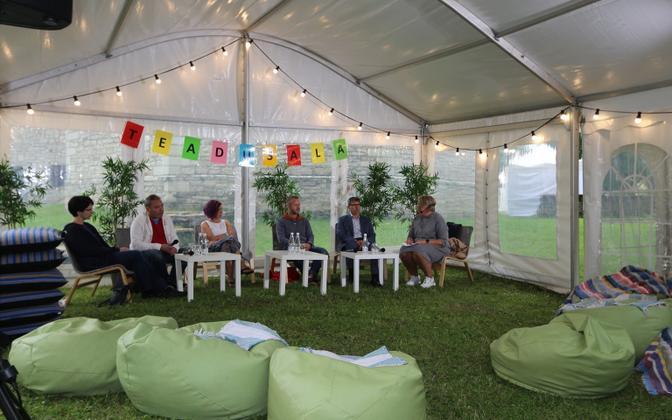 From left to right: Regina-Nino Mion, Professor Olaf Mertelsmann, Maarja Kruusmaa, Professor Steffen Manfred Noe, Harry Kattai, and Katrin Pihor at Paide Opinion Festival.