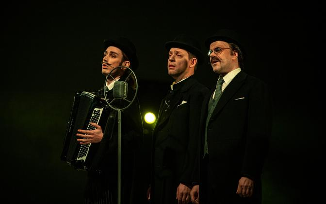 Vanemuise draamanäitlejad esitavad laule Vanemuise lavastustest läbi aegade. Foto lavastusest