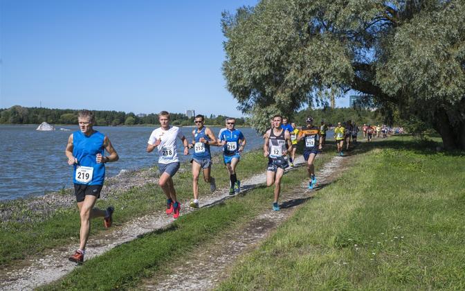 Jooksjad Ülemiste järve kaldal.