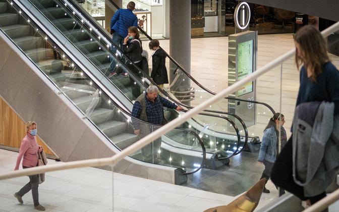 Shoppers in Viru Keskus on August 26, 2021.
