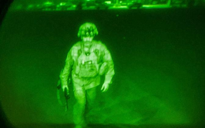 Kindral Chris Donahue astub viimasena Kabulist lahkuva USA lennuki C-17 pardale.