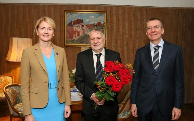 Lembit Vaba receiving his award from Eva-Maria Liimets and Edgars Rinkēvičs.