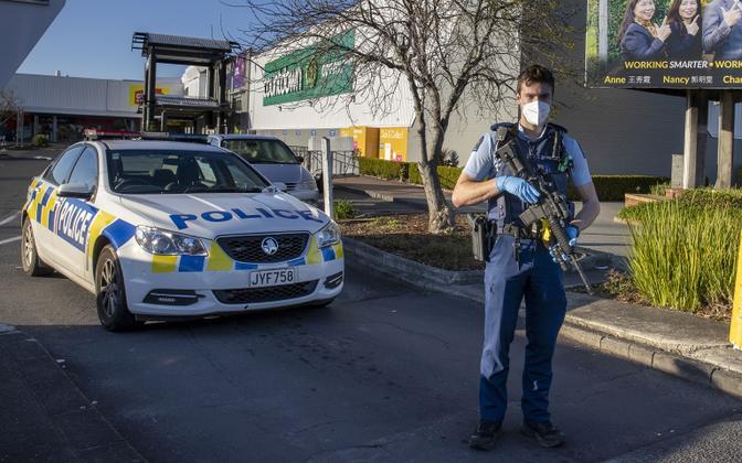 Relvastatud politseinik Aucklandi supermarketi juures.
