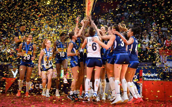 Itaalia naiste võrkpallikoondis EM-tiitlit tähistamas.