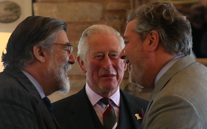 Prints Charles (keskel) ja tema kunagine abi Michale Fawcett (paremal).