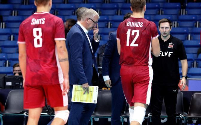 Läti võrkpallikoondis, keskel peatreener Avo Keel