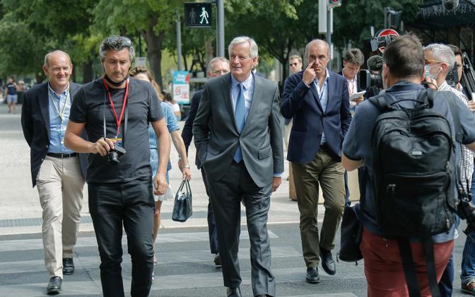 Michel Barnier (keskel).