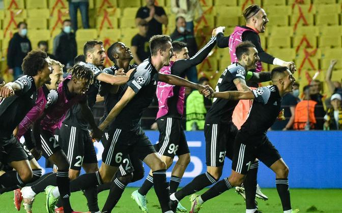 Tiraspoli Sheriffi mängijad ajaloolist võitu tähistamas