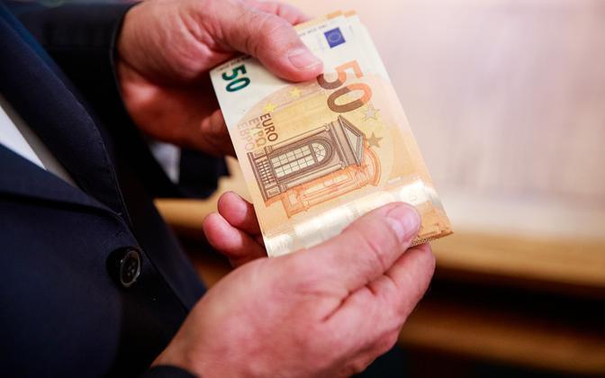50-euro bills (illustrative).