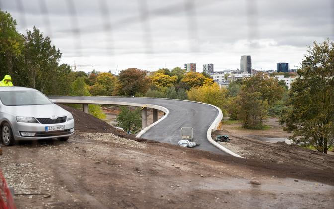 Надземная велосипедная дорожка Маяка-Гонсиори должна была открыться 15 сентября, но срок сдачи объекта перенесли.