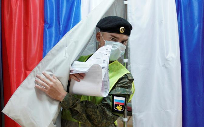 Vene sõjaväelane Kalinigradi oblastis Baltiisikis valimiskabiinist väljumas.