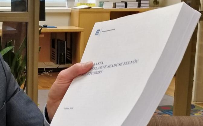 The 2021 state budget bill, in the hands of (off picture) Reform MP Aivar Sõerd.