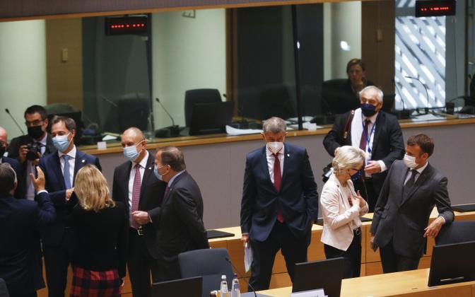 EL-i riikide valitsusjuhid tippkohtumise vaheajal vestlemas.