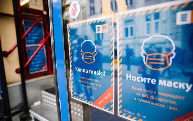 Maski kandmist soovitavad plakatid Tallinnas.