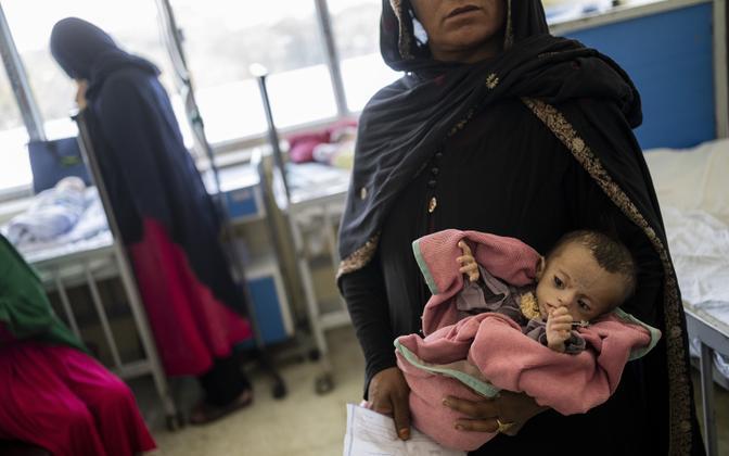 Afgaani naine alatoitunud lapsega Kabulis Indira Gandhi nimelises lastehaiglas.