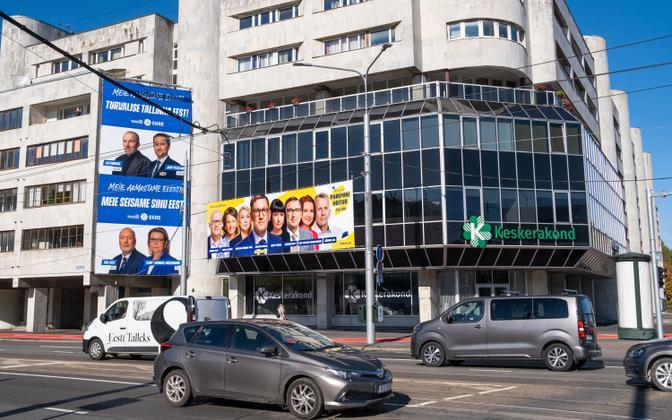EKRE ja Reformierakonna valimisplakat Keskerakonna kontori küljes