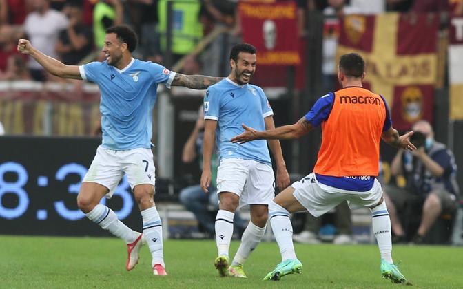 Lazio ääreründaja Pedro (keskel) tähistamas Roma vastu löödud väravat