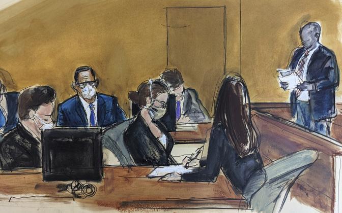 R. Kelly (keskel, valges maskis) vandekohtu otsust kuulamas.