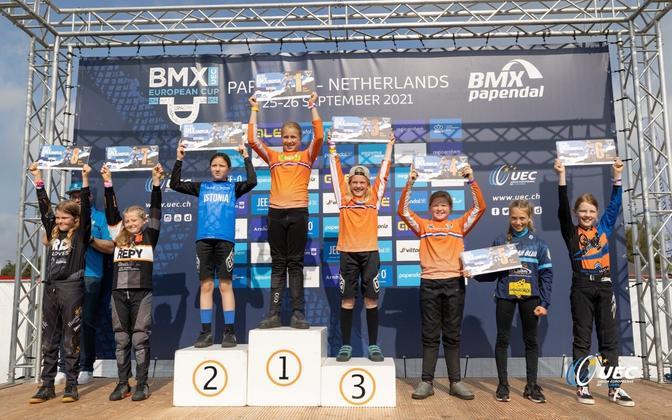 Paula Palmiste (sinises särgis) Hollandis pjedestaalil