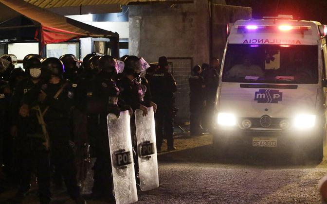Kiirabiauto lahkub politsei poolt sisse piiratud Guayaquili vanglast Ecuadoris.