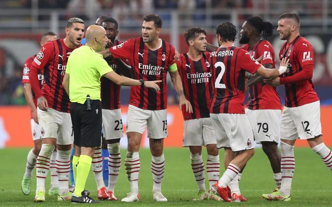 Cüneyt Cakir (kollases) rääkimas Milani mängijatega