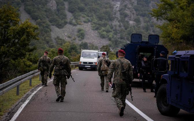 NATO rahuvalvajad ja Kosovo politsei eriüksuslased Kosovo-Serbia piiri lähistel.