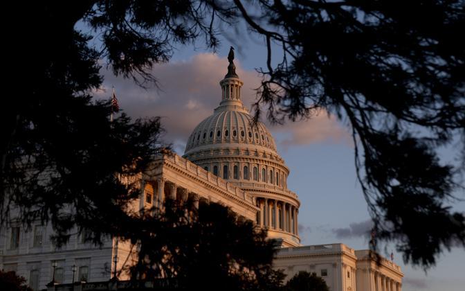 USA kongressi hoone Washingtonis päikeseloojangu ajal.