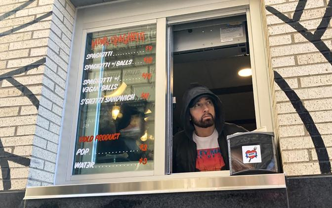 Eminem serveeris ka ise restoranikülastajatele toite.