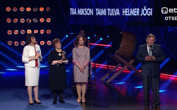 Лауреаты главной учительской премии с министром образования Лийной Керсна (вторая справа).
