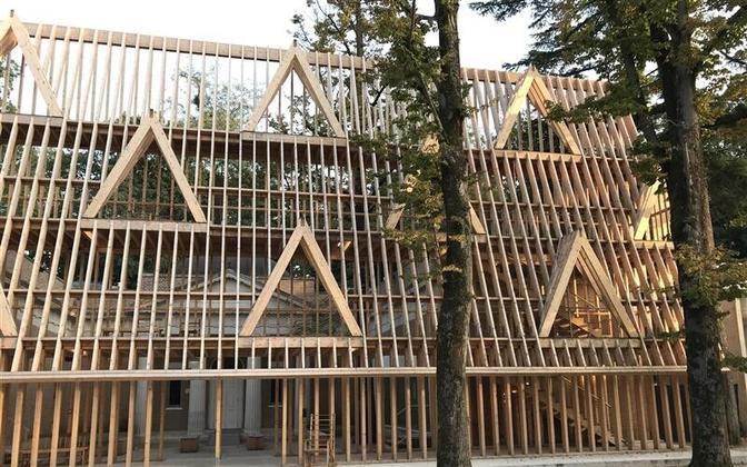 USA arhitektid Paul Andersen ja Paul Preissner on biennaalile püstitanud neljakorruselise männipuidust karkassi, kus eksponeeritakse puidu kui ehitusmaterjali ajalugu Ühendriikides.