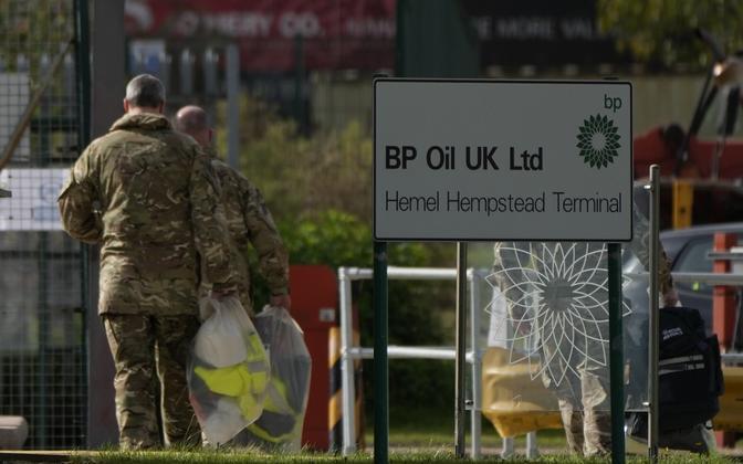 Briti sõjaväelased kütusehoidlas.