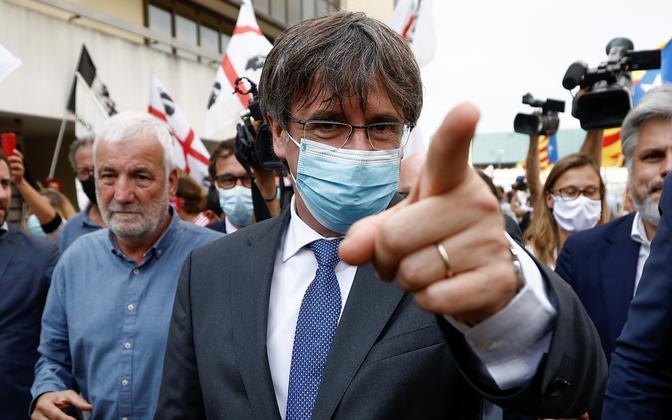 Carles Puigdemont lahkumas Sardiinia kohtumajast.