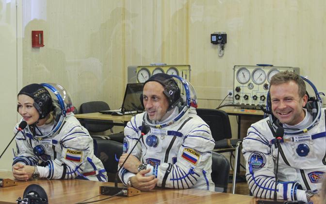 Актриса Юлия Пересильд, командир экипажа космонавт Антон Шкаплеров и режиссер Клим Шипенко перед стартом.