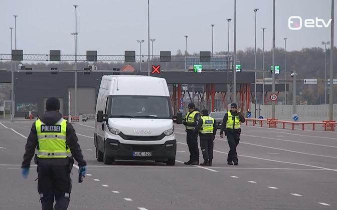 Полицейские в терминале D.
