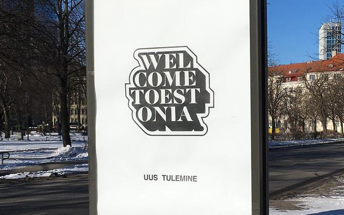 Välisturiste tervitav plakat Tallinnas.