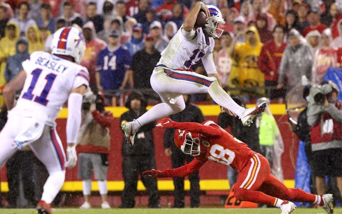 Josh Allen (palliga) hüppamas üle Kansas City kaitsja