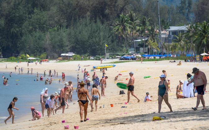 Turistid Taimaal Phuketis rannas.