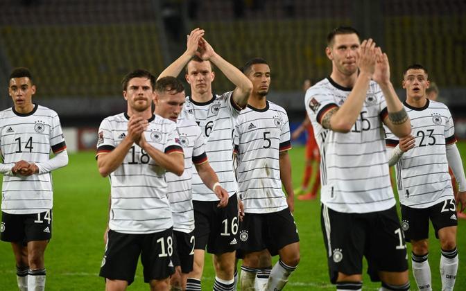 Saksamaa jalgpallikoondis võitu tähistamas.