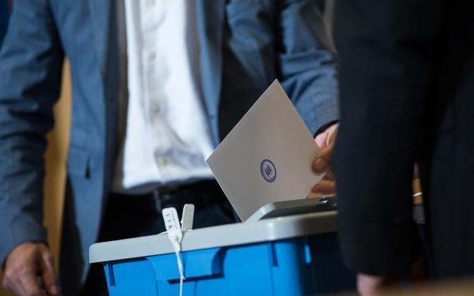 Голос на бумажном бюллетене имеет преимущство перед голосом, поданным через интернет.