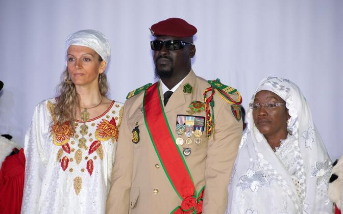 Mamadi Doumbouya  ja tema abikaasa Lauriane Doumbouya (vasakul)